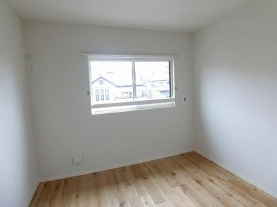 ※参考写真※浴室の左側にある洋室5.6帖のお部屋です!子供部屋や書斎・寝室など多用途に使えそうなお部屋です♪