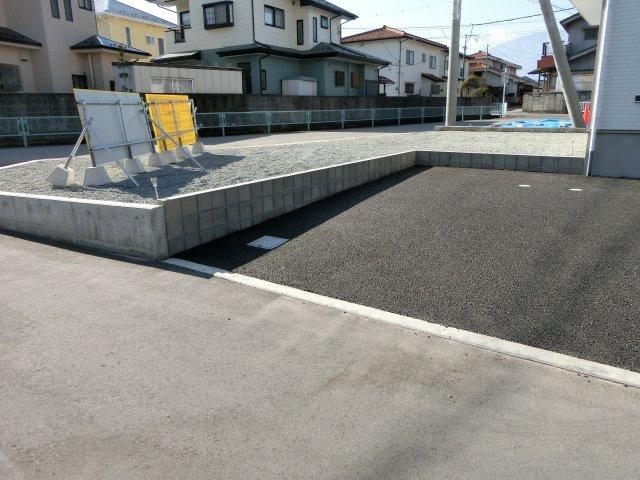 南西側もお庭としても駐車スペースとしても使えます!