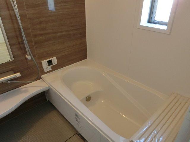 浴槽は腰掛付きで、お年寄りも安心して入浴できます。