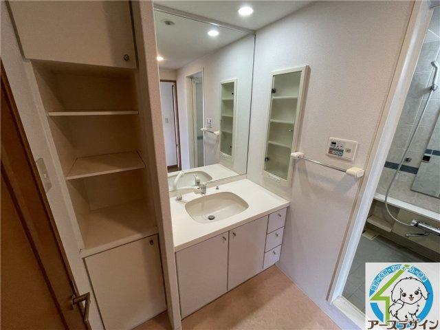 暮らしを快適に変えるシャワー付洗面台。洗面横の収納は、ストック用品を収納するのに便利、また出し入れも楽ちんです♪