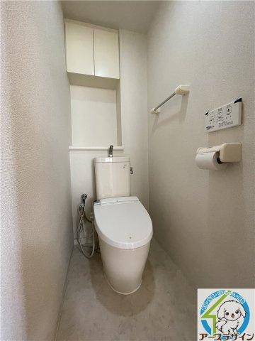 トイレは快適な温水洗浄機能付きの便座となっております♪