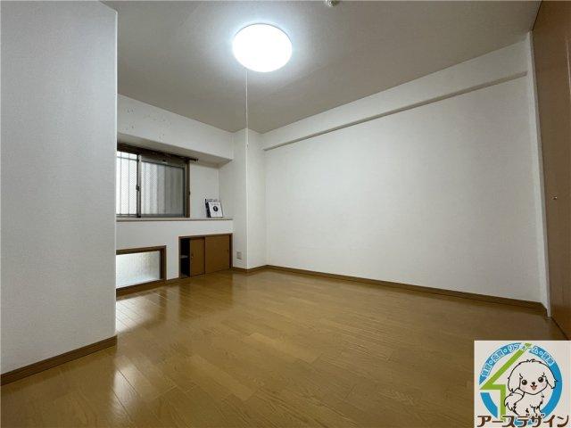 ご夫婦の寝室は落ち着いたカラーでまとめてゆったりとくつろげるお部屋です♪