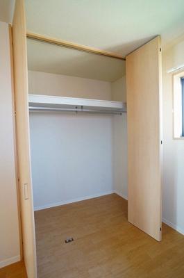 洋室6.2帖のお部屋にあるクローゼットです♪お洋服の多い方も安心ですね!クローゼットが2ヶ所あるのが便利ですよね!