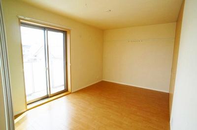 バルコニーに繋がる南西向き洋室7.1帖の陽当たりの良いお部屋です!壁にはピクチャーレールがあり、絵や写真が飾れます☆ハンガー掛けとしても便利!