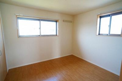 角部屋二面採光洋室6.2帖のお部屋です!クローゼット付きで、お洋服や荷物をたっぷり収納できます☆