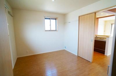 キッチンから繋がる洋室6.2帖のお部屋です!寝室や子供部屋としておすすめです!勉強も捗りそう!