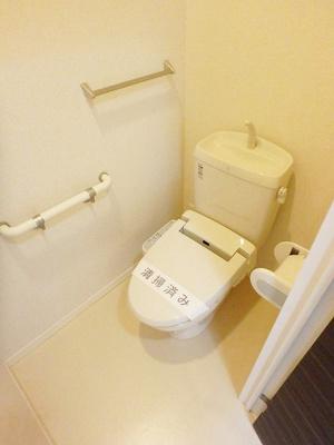 人気のシャワートイレ・バストイレ別です♪トイレが独立していると使いやすいですよね☆横にはタオルを掛けられるハンガーもあります♪