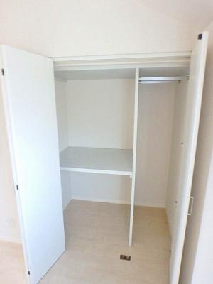 洋室6.3帖のお部屋にあるクローゼットです♪お気に入りのお洋服もすっきり収納できます♪