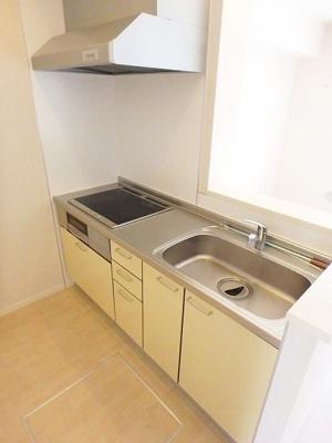 IH3口/グリル付きシステムキッチンです☆IHはサッとひと拭き簡単お手入れ♪場所を取るお鍋やお皿もたっぷり収納できてお料理がはかどります!