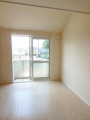 2階・バルコニーに繋がる南向き洋室8.4帖の陽当たりの良いお部屋です!寝室や子供部屋などに最適♪ベッドを置いても十分広さがあります☆