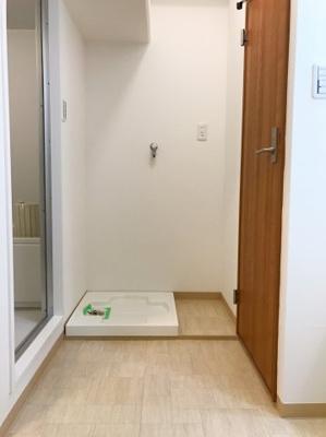写真右手の扉がトイレの入り口です♪その手前のスペースに洗面台、左手手前のスペースは可動棚があります♪