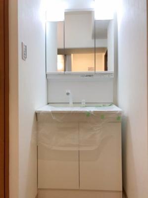三面鏡付きの洗面台です♪