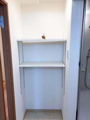脱衣所の可動棚です♪タオル類や下着類、洗濯カゴをおくことのできるスペースです♪