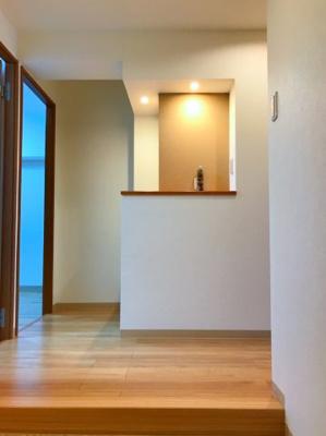 玄関正面には飾り棚があります♪マイホームをオシャレに見せる小物を置いてゲストを迎えたいですね♪