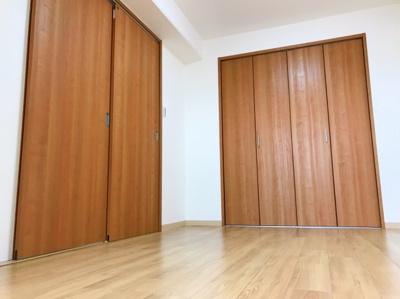 LDKと続き間の洋室です♪左手の引き戸がLDKに繋がっています♪