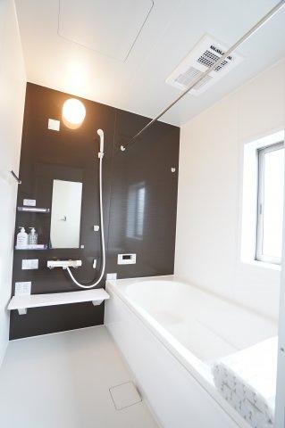 1坪タイプの浴槽は、お子様と一緒に入ってもゆとりがあり、一日の疲れをゆったり癒してくれます。浴室乾燥暖房機つきでいつでも快適に入れます。