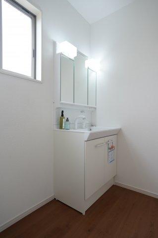 広い洗面台で朝の寝癖直しも簡単にできますよ。3面鏡の裏には小物を収納できます。