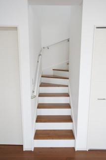 リビング内にある階段です。手すりがあり安心ですね。リビングと続いているので、夜お子様が起きてきた時もすぐに様子が分かります。
