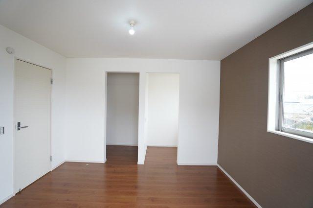 WICとフリースペースがある寝室です。アクセントクロスとフローリングがおしゃれな雰囲気ですね。