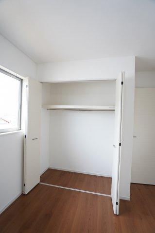 洋室のクローゼットも棚とパイプが設置されお洋服などたくさん収納できます。