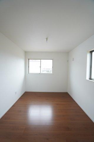 6帖の子供部屋には2つ窓があり風通の良いお部屋です。