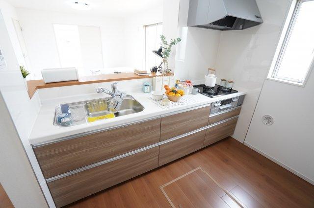 システムキッチンは広く使いやすいので、お料理がはかどりそうですね。キッチンカウンターに出来た料理を置けるので自然と家族が家事に参加しやすいですよ。