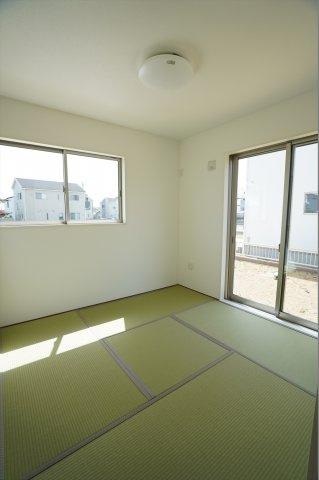 4.5帖の和室です。2つ窓があり風通しもよくあたたかい和室でお昼寝できますよ。子供がお昼寝する様子をキッチンから見れるので安心ですね。
