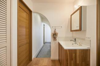 帰宅後すぐ手洗い、そのまま脱衣室へ。ウイルス対策やよごれの持ち込みを抑えることができる動線です。