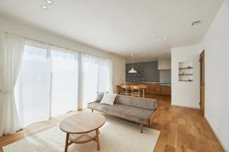 キッチンは壁付けの配置にしているので、インテリアとしても空間に映え、LDKが広く感じられます。