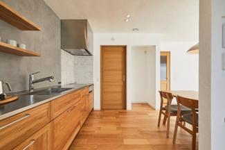 冷蔵庫をくぼみに収めて壁面とフラットにさせることですっきりとした印象に。
