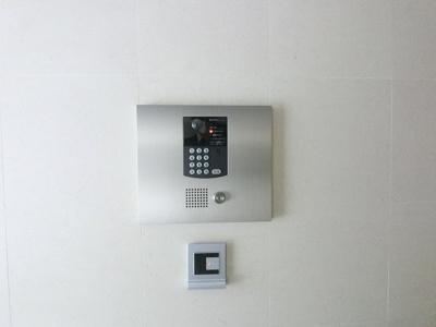 ひとつの鍵だけでエントランス、メールボックス、エレベーター、玄関ドアが操作できるテブラキーを採用。鍵はポケットやバッグにいれたままハンズフリーで操作が可能です。