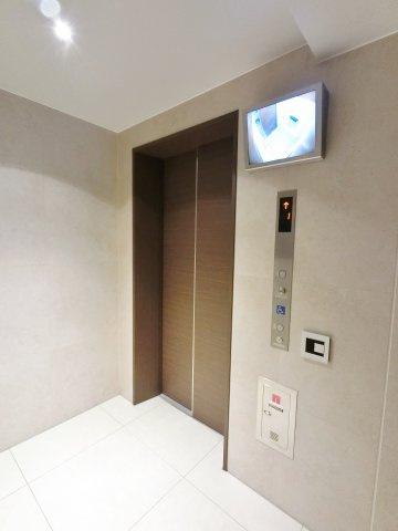 エレベーターには防犯カメラと液晶モニターを採用。こちらのエレバーターもセキュリティが掛かっているのでテブラキーがないと使用できません。