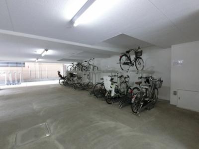 自転車置場。広く空間となっていますので、出し入れしやすいです。