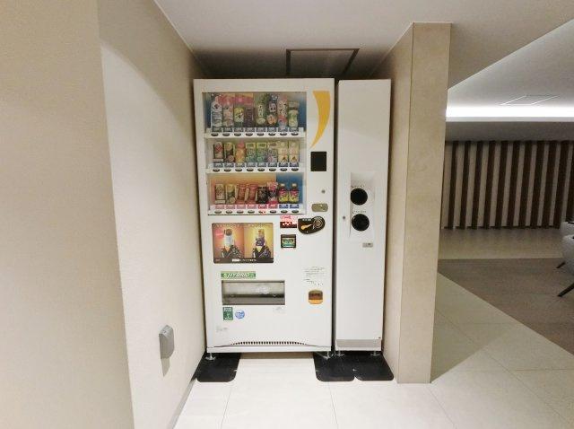 ラウンジには自動販売機設置。