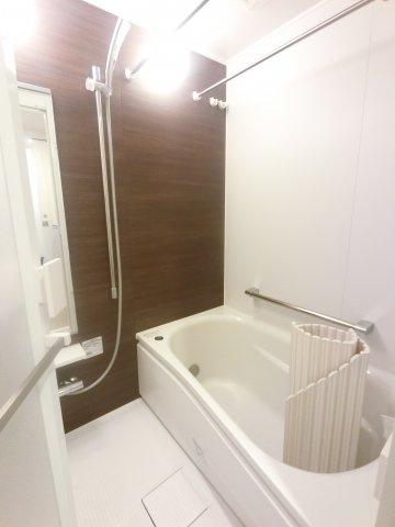 浴室の床には水はけがよく、冬場でも冷たくならない「ほっカラリ床」を使用。 また、シャワーは湯水に空気を含ませることで節水を可能にしたエアインシャワーを使用しております。