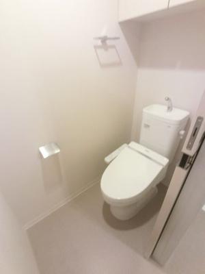 少ない水量で渦巻き状の回転水流をつくり、しっかりと洗浄する節水仕様の便器を使用。 吊戸棚も付いているため収納にも困りません。