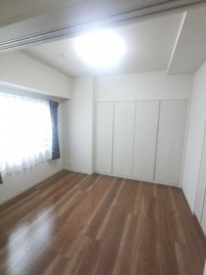 5畳の洋室。 収納豊富、陽当たり良好です。