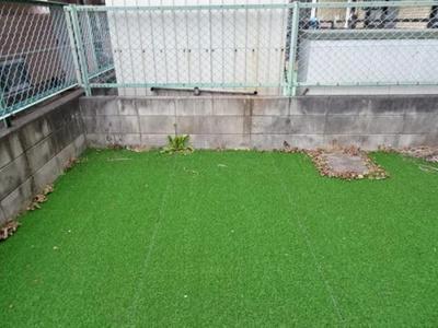 人工芝を敷き詰めた約21.33m2のゆったりとしたお庭。用途も広がりますね。
