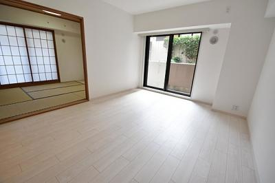 隣の和室との扉を開ければ開放的な空間が生まれます。