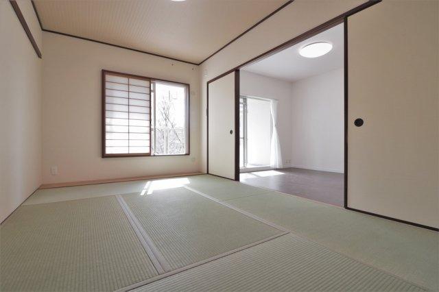 和室(6.0帖)です。 客間にもなる和室があると便利ですね♪ 隣接するリビングとの間仕切りを開けば繋げて広くお使いいただけおます♪