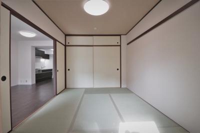別角度の和室(6.0帖)です。 和室には布団等の収納に便利な押入収納がございます。シーズン物の収納にも重宝しますね♪