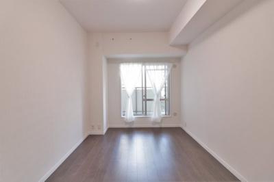 洋室(約6.0帖)です。 北向きバルコニーに面したお部屋です。全室クロス・フローリング貼り替えていますので、大変綺麗ですよ♪
