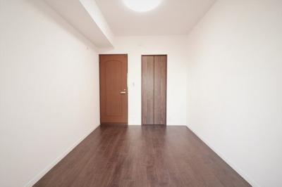 別角度の洋室(約6.0帖)です。 こちらのお部屋にはウォークインクローゼットがございます。