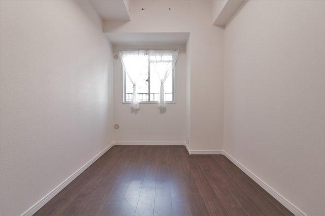 洋室(約4.4帖)です。 北向きに窓のあるお部屋です。設置のレースカーテンや照明器具はついてます♪