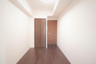 別角度の洋室(約4.4帖)です。 こちらのお部屋には、クローゼット収納がございます。