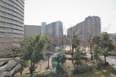 バルコニーからは、マンション敷地内のグリーンが映え自然を感じる事ができますね♪
