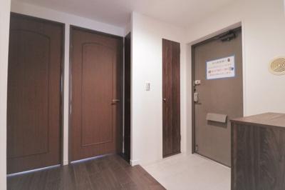 ゆとりの玄関スペースにはシューズボックスと収納、廊下部分にも収納がございます。