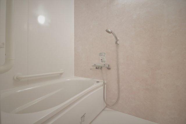 足を伸ばしてゆったりと浸かって頂ける浴槽のお風呂です。 手すりがついていて立ち上がる時も楽ですね♪