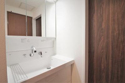 洗面化粧台を新調しています。 鏡が3面鏡にもなり収納も兼ねていて優れものです♪水切りも便利ですね♪