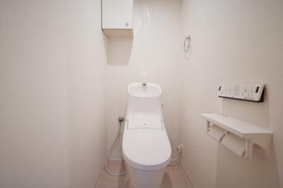 白を基調とした清潔感のあるトイレです。 壁付けリモコンの温水洗浄便座なのも嬉しいポイントですね♪
